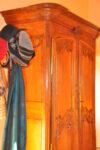 Une armoire, un porte-manteau