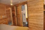 Un lit, une porte, une cabine de douche
