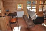 Une table, des chaises, un banc, des fenêtres