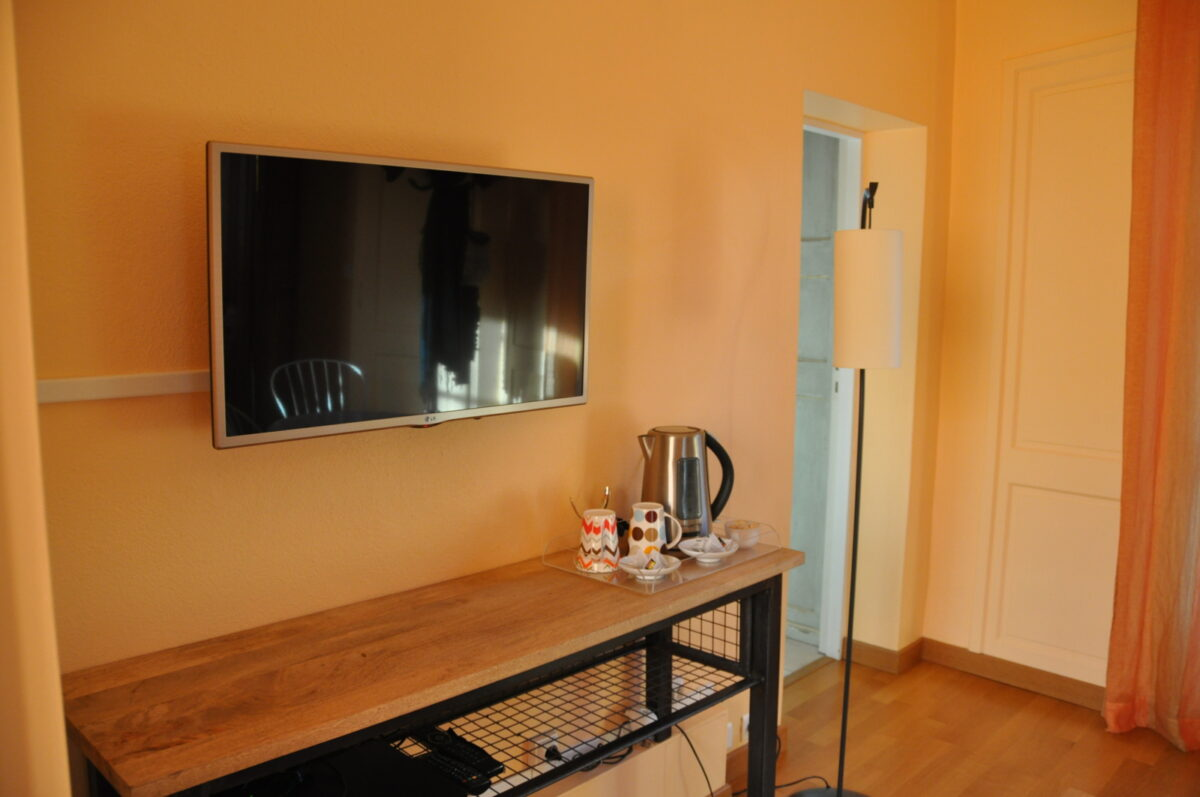 Table, TV