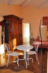 Une table, des chaises, une armoire, un lit