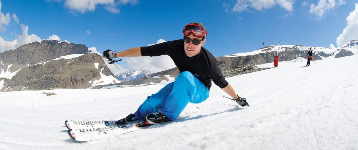 Un skieur en manches courtes