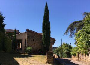 Une maison de pierre, un cyprès