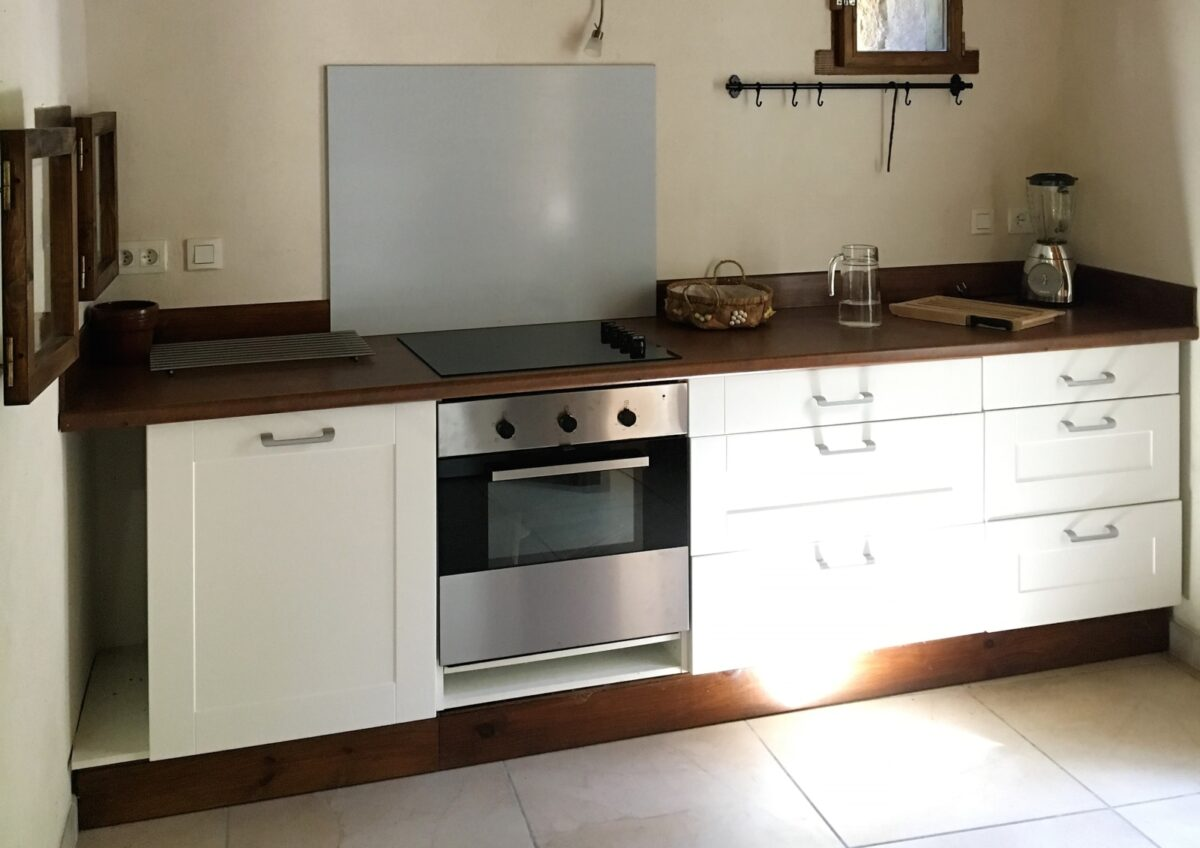 An equipped kitchen, windows