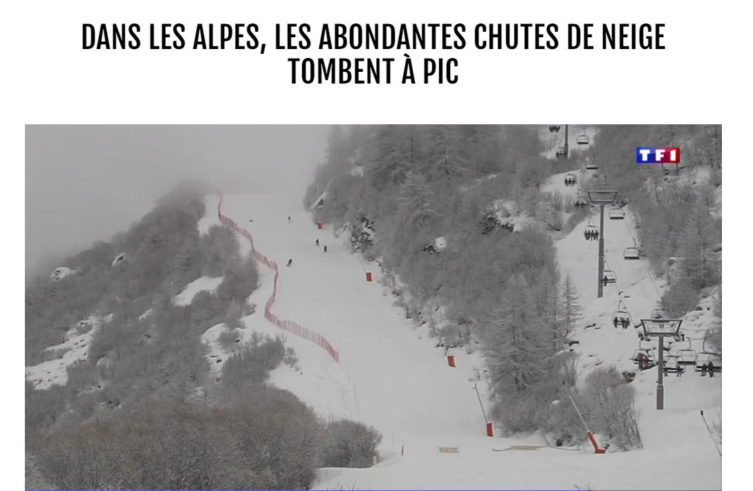 Un télésiège, une piste de ski