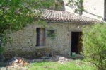 Une maison aux portes et fenêtres déposées