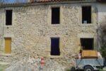 Un mur de pierre avec des fenêtres déposées