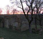 Maisons en ruine sur fond de soleil couchant