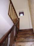 Un escalier en bois, une fenêtre