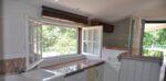 Un évier, un réfrigérateur, un lave-vaisselle, des fenêtres