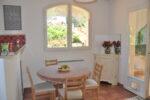Un table, des chaises, une fenêtre