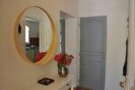 Un miroir, un guéridon, un bouquet de fleurs