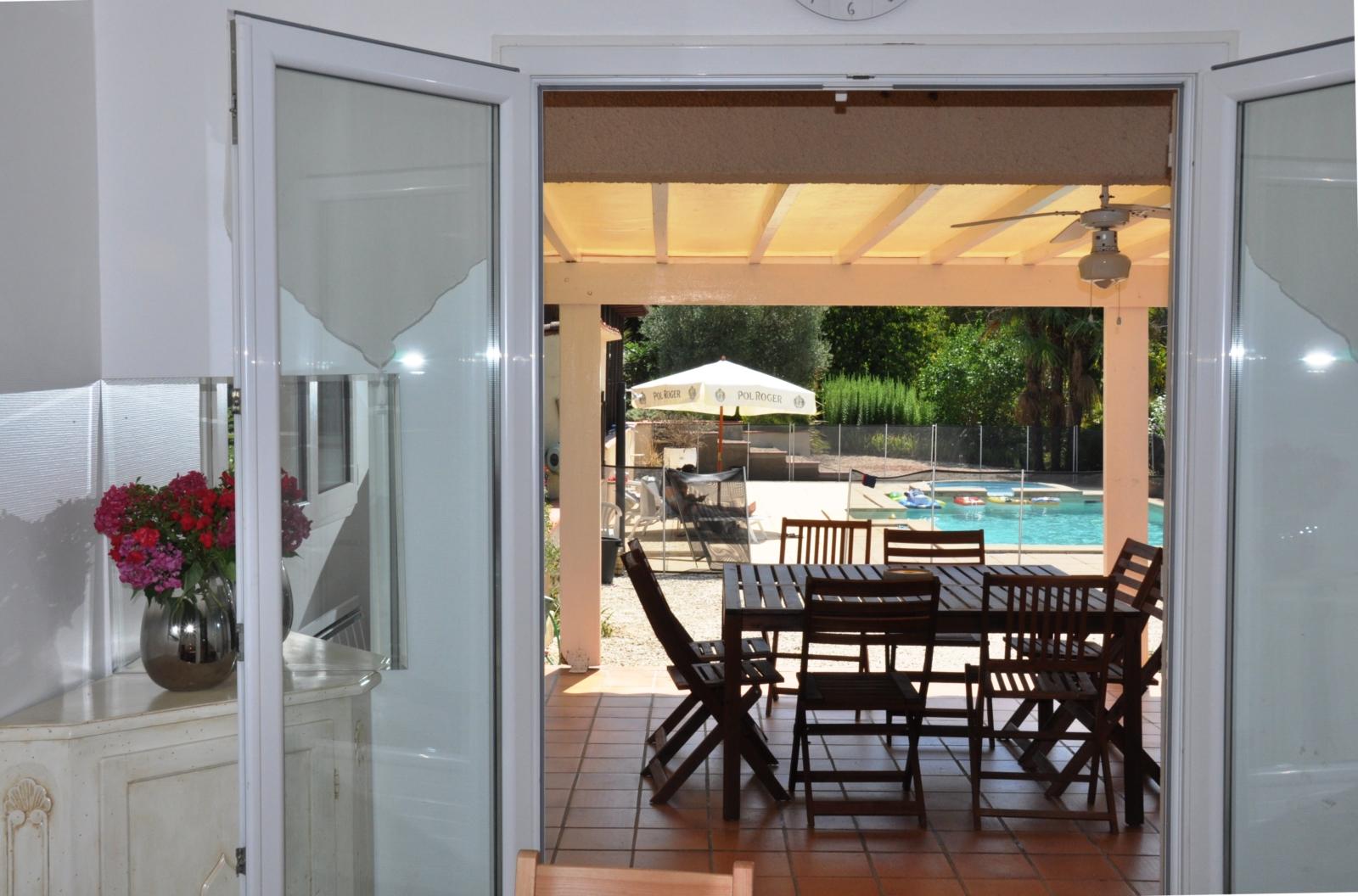 La cuisine ouvre sur une terrasse et la vue sur la piscine