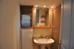 Un lavabo, un miroir, une fenêtre