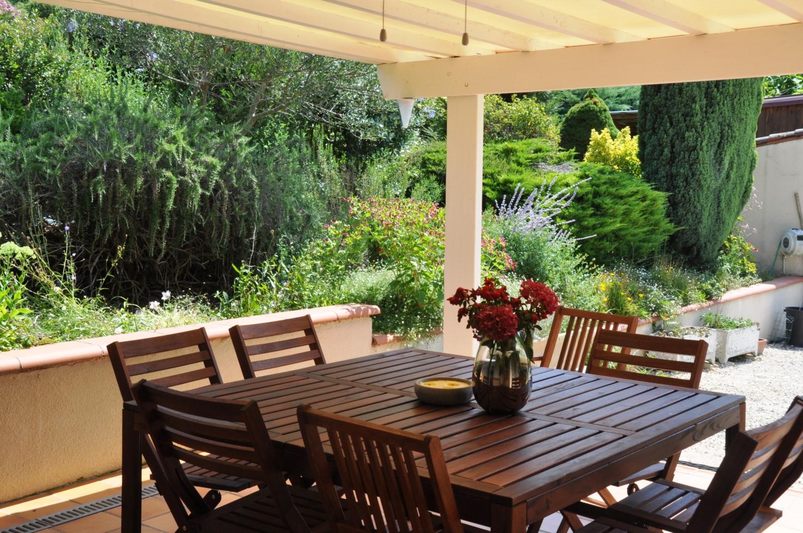Terrasse ombragée côté piscine