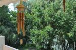Un carillon à vent, des arbres