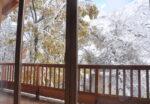 Une baie vitrée, un balcon