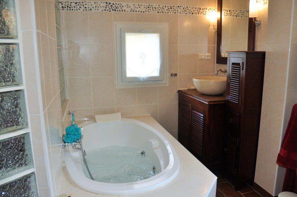 Salle de bain de la suite parentale avec baignoire balnéo