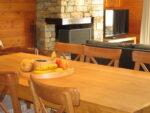 Une table, des fruits, une cheminée, un téléviseur