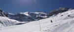 Une piste de ski, un glacier