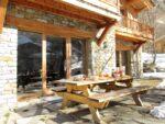 Un table de bois, une terrasse
