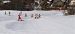 Des enfants qui skient