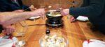Des convives autour d'une fondue savoyarde