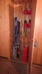 Des skis dans un placard