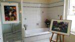 Des tableaux, une baignoire, une douche