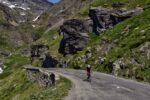 Un cycliste sur une route de montagne