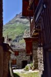 Une ruelle, des maisons de pierre avec toits de lauzes