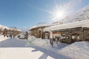Un magasin sous la neige