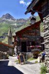 Une maison de pierre, une église, une montagne