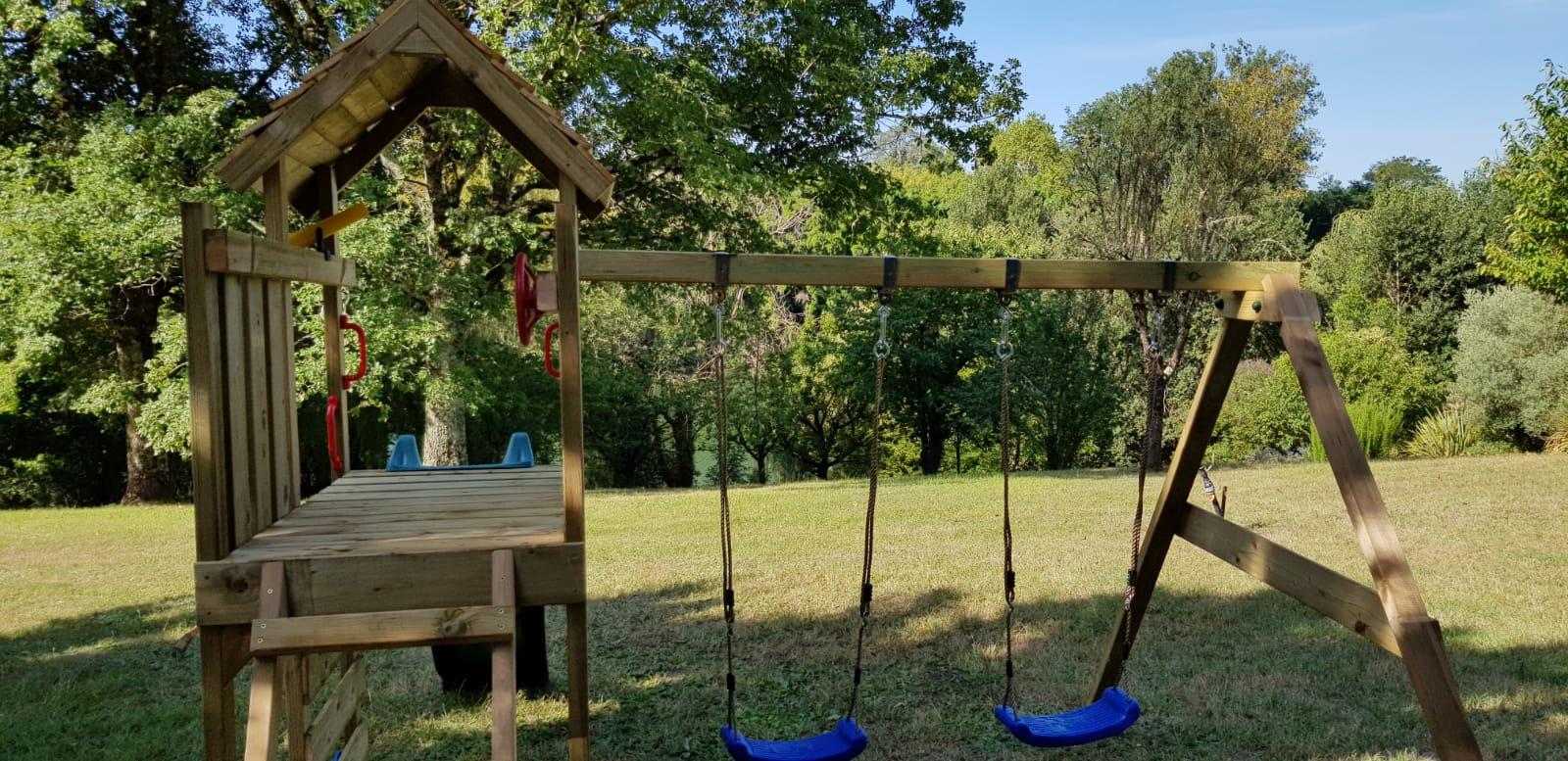 Jeux d'enfants dans le jardin