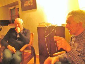 Deux hommes assis