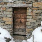 Une porte en bois ancien