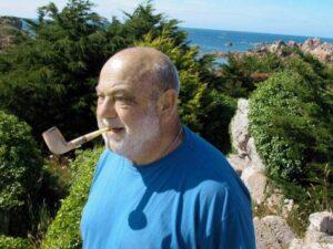 Un homme fumant la pipe au bord de la mer