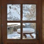 Une fenêtre, une table enneigée