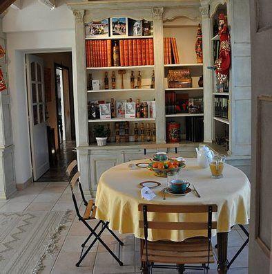 Table avec petit déjeuner dans une bibliothèque