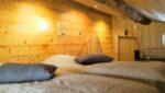 Une chambre mansardée, deux lits jumeaux