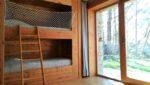 Des lits superposés, une baie vitrée