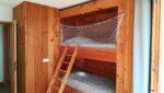 Des lits superposés, une échelle, un filet de protection