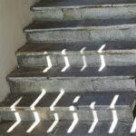 Jeu de lumière sur des marches de pierre